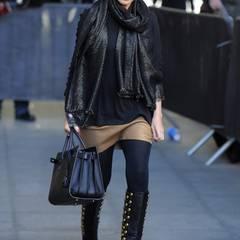 So geht Metallic! Kylie Minogue hat ihre schwarzen Lederstiefel mit goldenen Zierknöpfen perfekt auf Minirock und Schal abgestimmt.