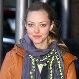 Amanda Seyfrieds blaues Halstuch leuchtet durch den neonfarbigen Saum auch in der dunklen Jahreszeit besonders gut.