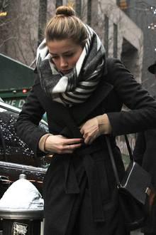 Amber Heard hat sich mit ihrem weiß-grauen Wollschal so richtig eingemummelt.