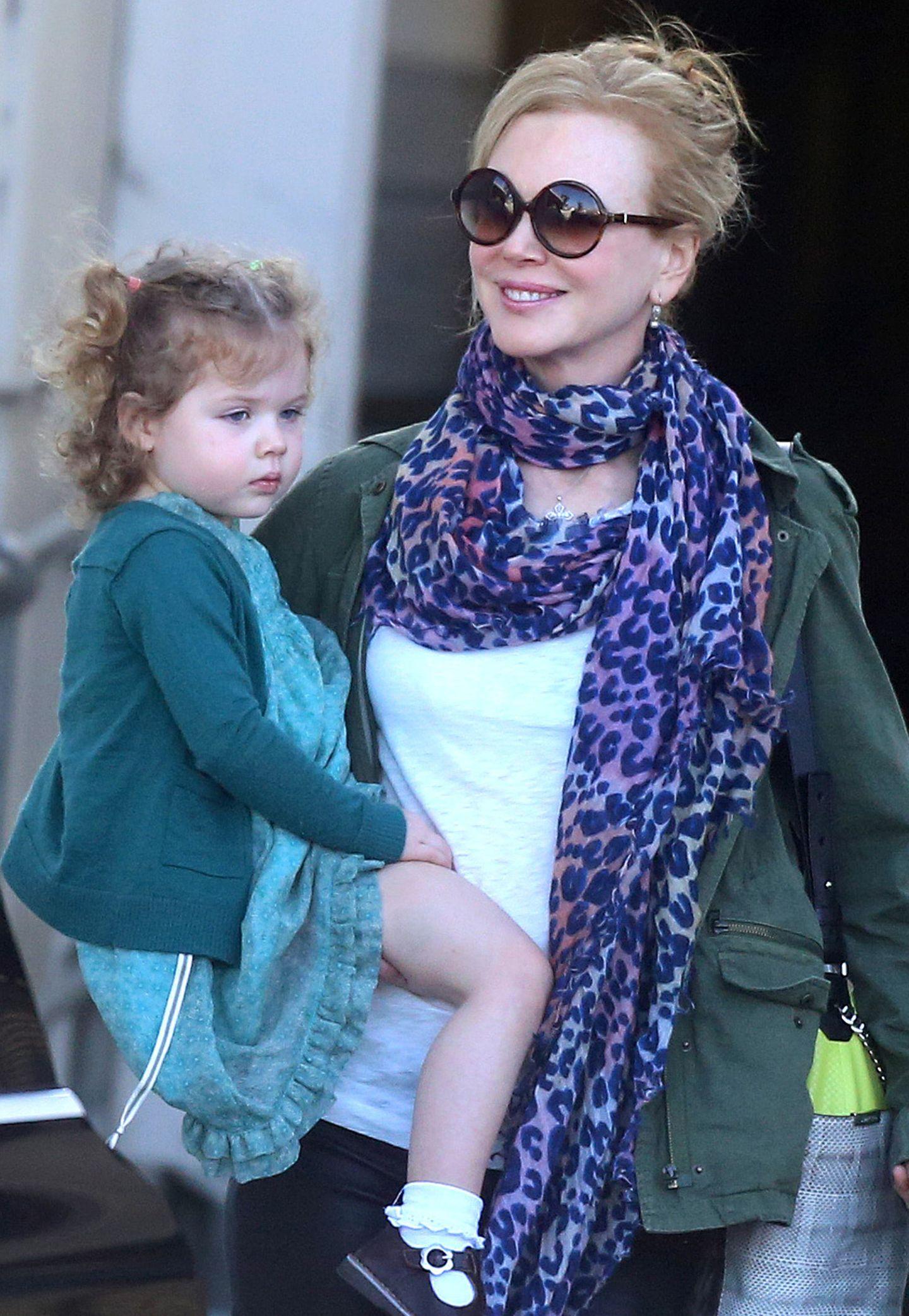 Nicole Kidmans Hals wärmt ein lilafarbener, langer Leo-Print-Schal.