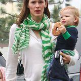 Mit dem grün-weißen Zebramuster-Schal setzt Jennifer Garner farblich schon mal einen frühlinghaften Akzent.