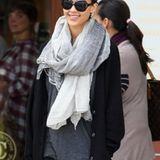 """Jessica Alba schmückt sich mit einem grauen Schal aus Kaschmir von """"Brunello Cucinelli Donna""""."""