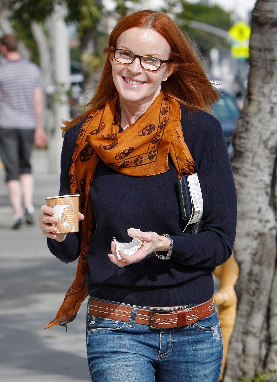 Das bernsteinfarbene Seidentuch mit Totenköpfen passt farblich gut zu Marcia Cross' roten Haaren.