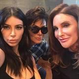 August 2015  Das erste Foto, auf dem Kris und Caitlyn Jenner erstmals seit Caitlyns Geschlechtsumwandlung gemeinsam zu sehen sind. Sie feiern den 18. Geburtstag ihrer Tochter Kylie. Den Schnappschuss macht und teilt Kim Kardashian.