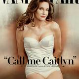 """Juni 2015  Lange hat es gedauert, nun ist es da: Das erste Foto von Bruce Jenner in seinem neuen Erscheinungsbild als Frau. Das Cover der Juli-Ausgabe der """"Vanity Fair"""" zeigt Kim Kardashians Stiefpapa als perfekt gestylte Frau. Auch den neuen Namen Jenners verrät schon das Titelblatt: """"Call me Caitlyn"""", steht dort geschrieben."""
