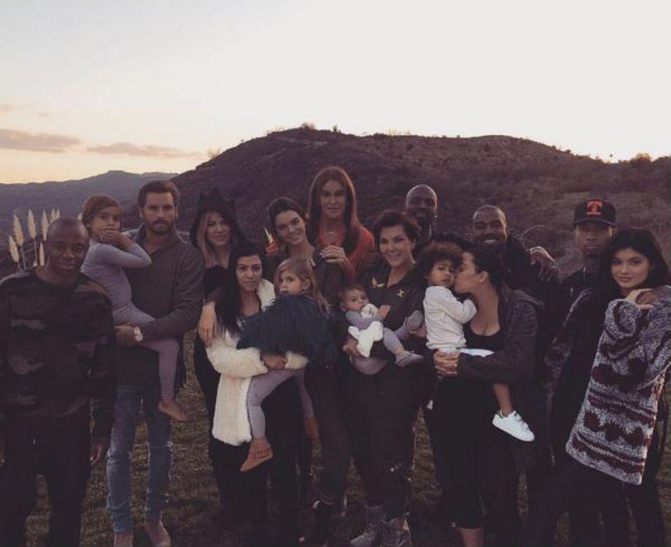 Dass Khloé ein so riesiges Buffet aufbauen muss, ist verständlich, wenn man sieht, dass wirklich der ganze Kardashian-Klan bei ihr zu Besuch ist. Selbst Scott Disick, der Ex von Schwester Kourtney, ist bei dem großen Familienfest dabei.