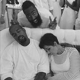 Nichts ahnend gönnen sich Kanye West und Schwiegermutter Kris Jenner einen kleinen Powernap vom stressigen Tag und werden ungewollt von Khloes Freund James Harden für ein Foto benutzt.