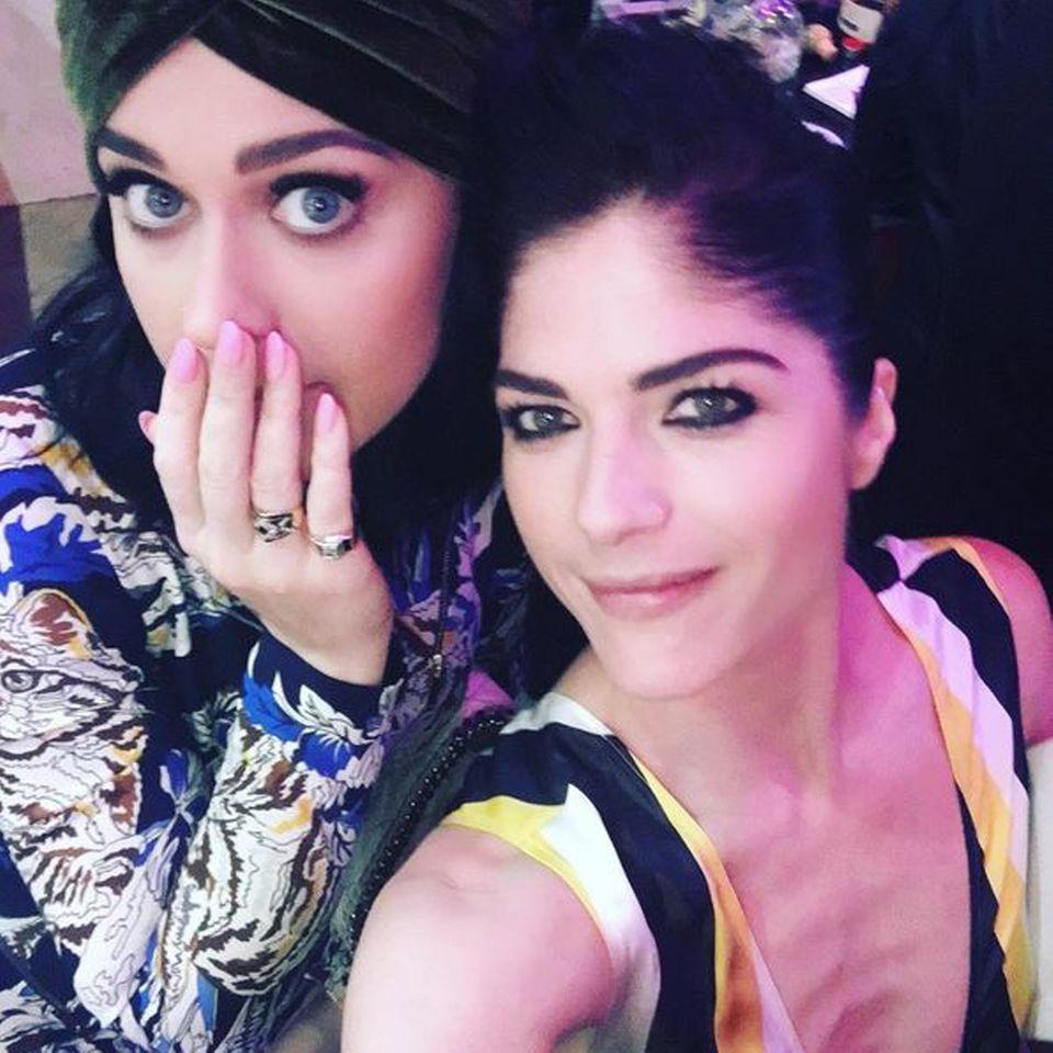 Zusammen mit Sängerin Katy Perry feierte Selma Blair auf einer Party der Designerin Stella McCartney in Los Angeles. Auf diesem Schnappschuss, den die Schauspielerin auf Instagram postete, ist ihr Mager-Dekolleté besonders gut sichbar. Ob Katy wohl wegen Selmas knochigem Ausschnitt so erschrocken in die Kamera schaut?