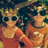 DIe Kinder von Jennifer Lopez freuen sich über diese lustigen Weihnachtsbrillen und posieren damit vor der Kamera.