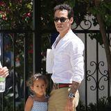 19. Juni 2013  Marc Anthony ist mit Tochter Emme in einem Park in Calabasas unterwegs.