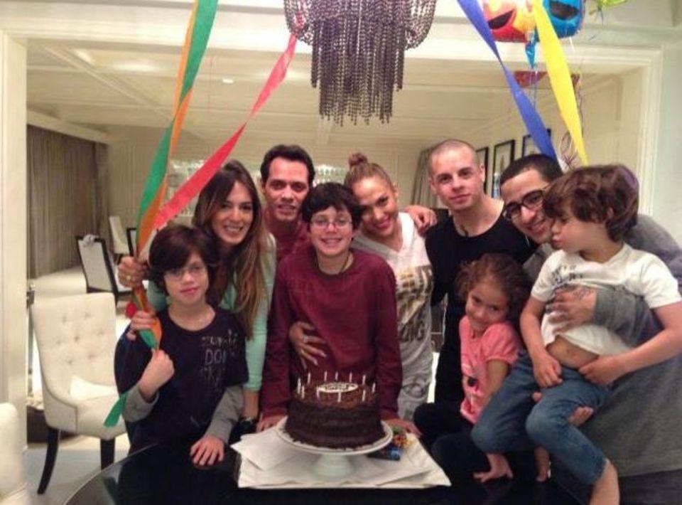 6. Februar 2013  So funktioniert Patchwork-Familie: Jennifer Lopez und ihr Freund Casper Smart feiern gemeinsam mit Marc Anthony den Geburtstag seines Sohnes Cristian aus einer früheren Beziehung. Mit dabei sind natürlich auch dessen Halbgeschwister Emme und Max.