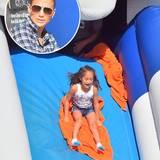 Während ihre Tochter Emme auf dem herbstlichen Markt beim Rutschen ihren Spaß hat, beobachtet Jennifer Lopez das Ganze lieber aus der Ferne.