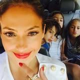Juli 2015  Rote Lippen soll man küssen - zumindest wollen J. Los Kinder Max und Emme ihre Mutter knutschen.