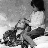 Mai 2016  Bevor es auf die Bühne geht, entspannt sich J. Lo bei einer Kopfmassage von Masseur Max.