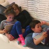 """9. März 2015  Jennifer Lopez verbringt mit ihren Kindern Emme und Max einen """"Sunday Funday"""". Was damit gemeint ist, erkennt man ganz schnell, alles ist erlaubt, solange mit Mama gekuschelt wird."""