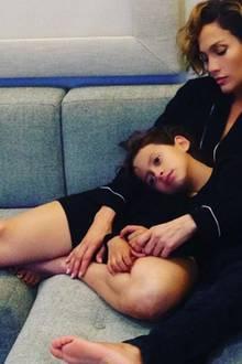 Jennifer Lopez und ihr Sohn Maximilian lümmeln gemeinsam auf der Couch.