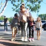 15. Februar 2016  Gemeinsam mit Freunden und ihren Kids Max und Emme, besucht Jennifer Lopez den Fred Segal-Store in West-Hollywood.