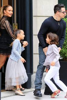 """Ein Toyboy ist nur für das Vergnügen? Nicht bei Jennifer Lopez. Ihr Freund Casper Smart versteht sich blendend mit ihren Kindern Emme und Max. Hier schaut sich die glückliche Patchwork-Familie am Broadway """"Hamilton"""" an."""