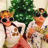 Jennifer Lopez' Zwillinge Emme und Max posieren mit coolen Sonnenbrillen und einem 20-Dollar-Schein vor dem beleuchteten Weihnachtsbaum.