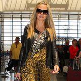 Flughafen-Fashion: Das schicke Leo-Zebramuster-Kleid kombiniert Heidi Klum mit Lederjacke und schwarzer Slim-Jeans.