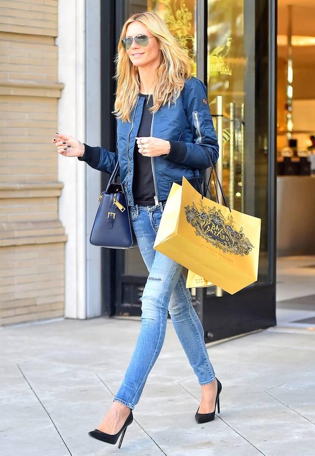 Von wegen, Blau und Schwarz soll man nicht miteinander kombinieren: Supermodel Heidi Klum beweist beim Geschenke-Shopping in einem ebenso sportlichen wie stylishen Outfit Trendgespür.