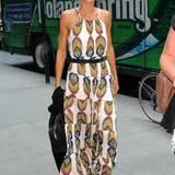 In Sachen Mode hat Modelmama Heidi Klum schon viele Trends ausprobiert. Kleider wie dieses bodenlange Ethno-Sommerkleid, das mit einem chicen schwarzen Gürtel an der Taille zu einem echten Hingucker wird, sollte sie aber viel öfter tragen!