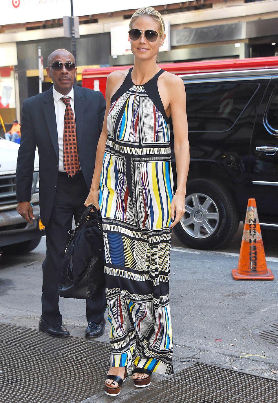Unterwegs im sommerlichen New York: Supermodel Heidi Klum begrüßt die warme Jahreszeit in einem gemusterten Maxikleid aus Seide von Diane von Fürstenberg.