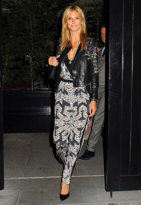 Heidi Klum trägt zu einem Dinner-Date einen seidenen Print-Overall und eine bestickte Lederjacke aus der Herbstkollektion 2014 von Diane von Fürstenberg.