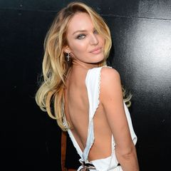 Candice Swanepoel weiß, dass weniger manchmal mehr sein kann. Im süßen, zurückhaltenden Kleidchen überzeugt das Topmodel mit tollem Rückenaussschnitt.