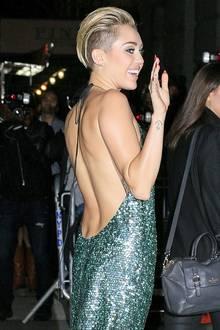 Soviel Kleidung hat man lange nicht mehr an Miley Cyrus gesehen. In einem grünen Paillettenkleid von Marc Jacobs lässt sie es sich nicht nehmen, ihren trainierten Rücken zu präsentieren.