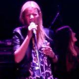 Dass Gwyneth Paltrow gerne mal ein Liedchen trällert, stellt die Schauspielerin in einer Bar in Los Angeles unter Beweis.