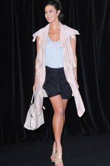 Ein extravaganter Mantel, locker fallende Shorts und High-Heels machen das Outfit von Abbey Lee Kershaw zu einem Hingucker.