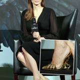 Angelina Jolie weiß, wie man Akzente setzt: Bei einer Pressekonferenz in Shanghai trägt sie zum schlichten schwarzen Kleid goldene Louboutin-Heels mit durchsichtigen Seiten und außergewöhnlich kunstvoll geschwungenen Absätzen.