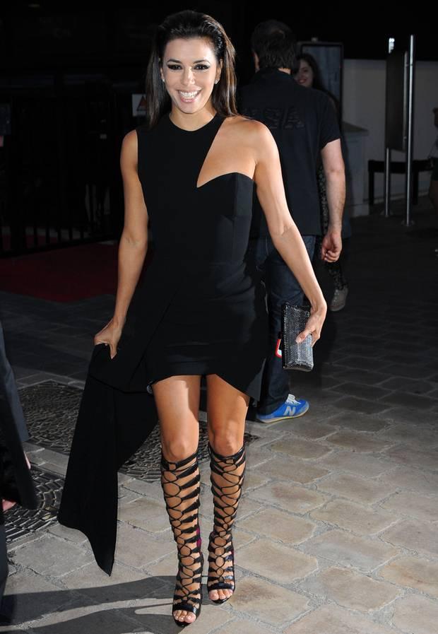 Beeindruckender Auftritt von Eva Longoria in hochgelegten Gladiatorensandalen bei den Filmfestspielen in Cannes.