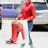 Gwen Stefani hat ihre wildledernen Tip-Toe-Boots mit Schnür-Optik farblich perfekt auf ihren roten, halbtransparenten Sportblousson abgestimmt.