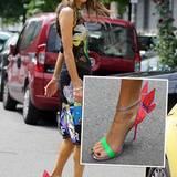 Mode-Journalistin Anna Dello Russo wird von Schmetterlingsflügeln getragen. In den auffällig verträumten, neonfarbigen Sandal-High-Heels besucht sie die Mens Fashion Week in Mailand.