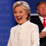 Schnell wird Hillary Clintons weißes Outfit beim letzten Wahlkampf-Duell mit Gegner Trump zum Hit im Internet. Das hat auch einen bestimmten Grund ...