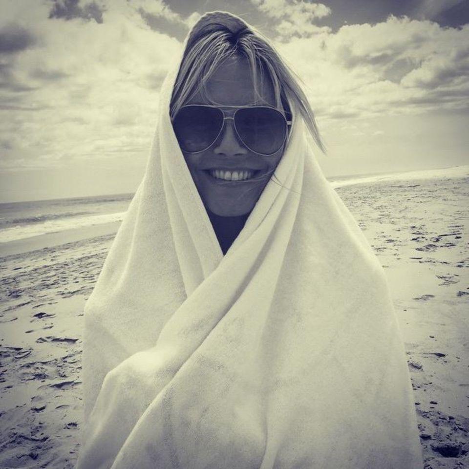Spielt Heidi Klum am Strand mit ihrem Handtuch eine Szene aus einem berühmten Steven Spielberg Film nach?