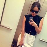 Ganz schön schick: Angelina Heger posiert mit Scheitel, Sonnenbrille, in Schwarzweiß gekleidet und einem Gesichtsausdruck, die stark an eine berühmte Modedesignerin erinnert.