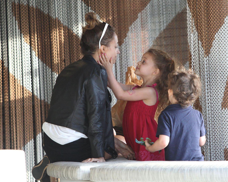 16. April 2013: Mutter-Kind-Zeit am Nachmittag: Nicole Richie mit ihren Kindern Harlow und Sparrow auf dem Weg zu Pink Taco in Century City.