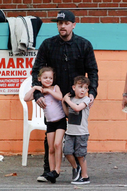 9. April 2014: Harlow und Sparrow klammern sich an ihren Vater Joel Madden. Die Drei kommen gerade mit der Nanny vom Mittagessen.