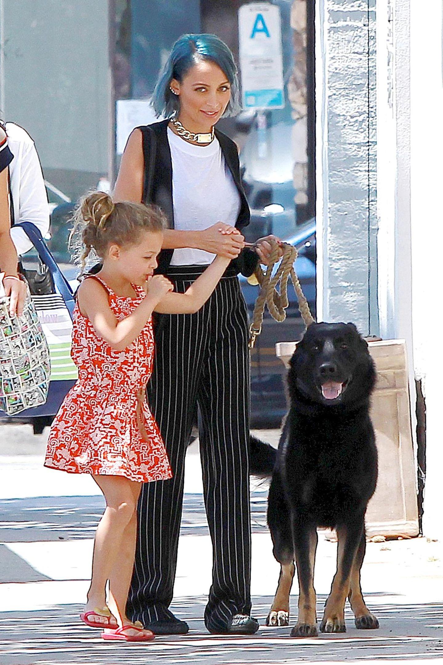 """13. August 2014: Nicole Richie nimmt sich eine Auszeit von den Dreharbeiten zu """"Candidly Nicole"""" und geht mit Tochter Harlow und Hund """"Iro"""" in Beverly Hills bummeln."""