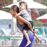 31. August 2013: Nicole Richie trägt Söhnchen Sparrow auf ihren Rücken über den Strand von Malibu.