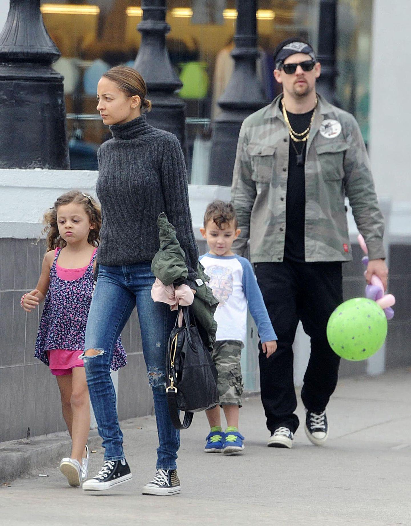 26. Januar 2014: Nicole Richie und Joel Madden sind mit ihren Kindern in Santa Monica. Nach einem Besuch im Park steht das Mittagessen auf dem Programm.