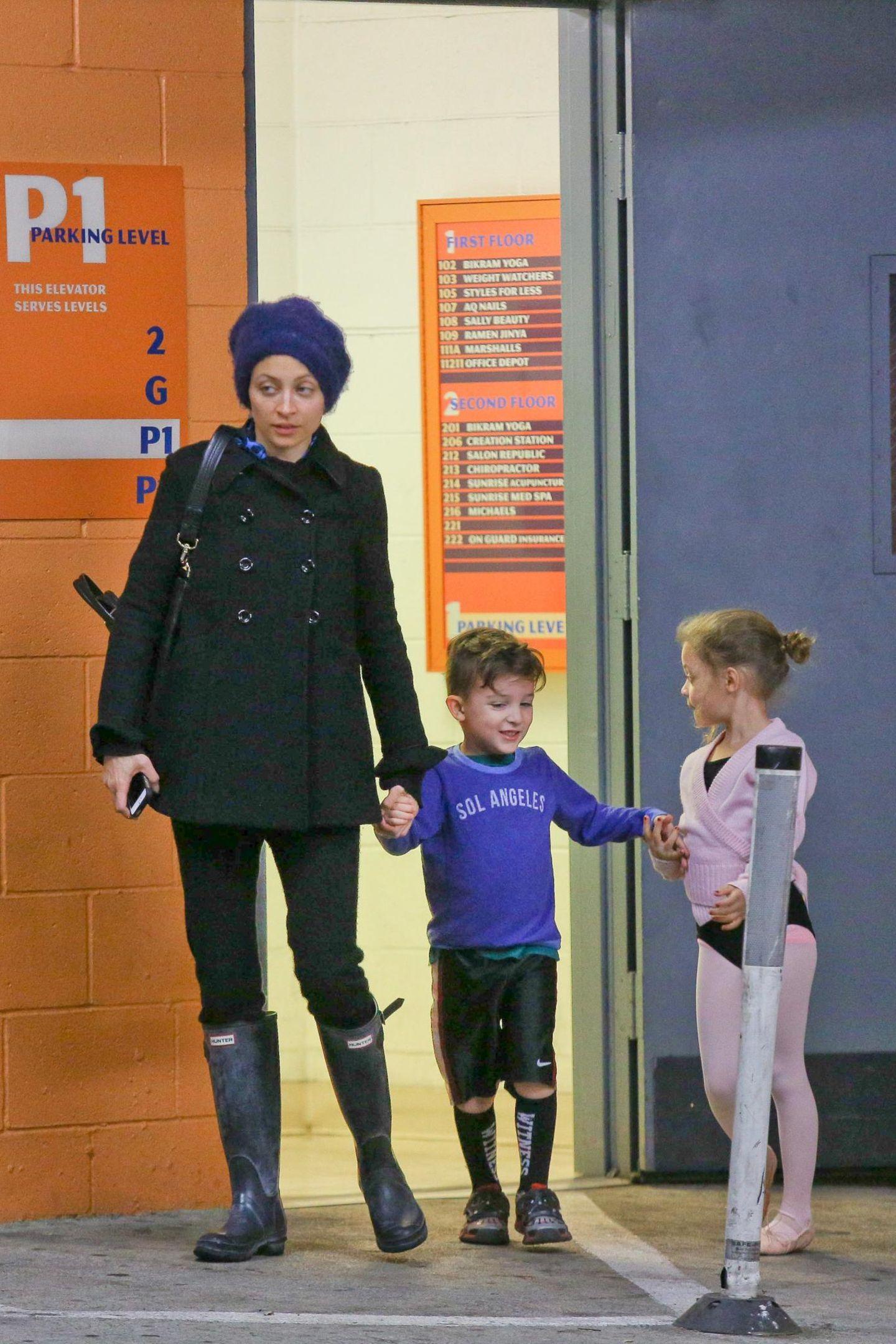 6. Februar 2014: Nicole Richie trägt Gummistiefel, als sie ihre Kinder Harlow und Sparrow vom Sport abholt.