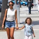 2. Juli 2013: Nicole Richie und ihre kleine Tochter Harlow spazieren Hand in Hand durch Beverly Hills.