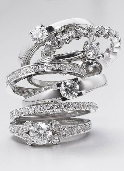 Verlobungs- und Memory-Ringe von Cartier, ab ca. 2270 Euro.