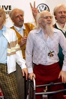 In fantastischer Manier kommen die vier Jungs mit Gehwagen und Piccolo-Flöte in die Halle gerollt.