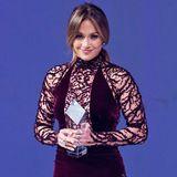 Bordeauxrot, bodenlang, Samt und Pailletten: Jennifer Lopez hat mit ihrem Traumkleid von Zuhair Murad ihre kurvige Figur perfekt unterstrichen.