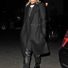 Auch Rita Ora hat Gefallen an dem Wollmantel gefunden. Sie bevorzugt ihn zum Biker-Look-Outfit allerdings in Schwarz.